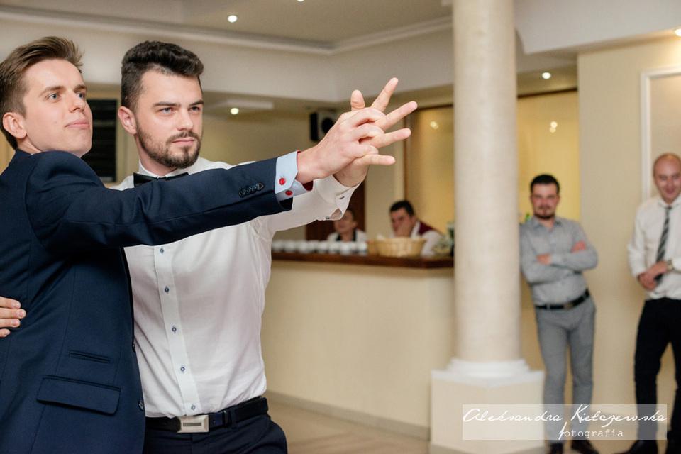wspólny taniec gości weselnych