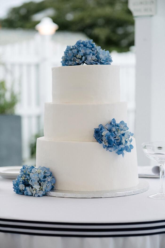 tort ślubny kolor roku classic blue