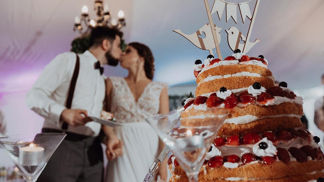Tort ślubny - kolor przewodni wesela